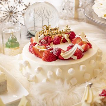 ショートケーキの中央に、クリスマスリースのようにベリーをのせ、サイドにマシュマロを飾った「アリスのクリスマス・ウィッシュ」