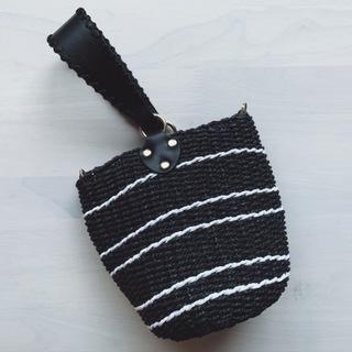 シックな黒のカゴバッグは夏コーデにとっても使える