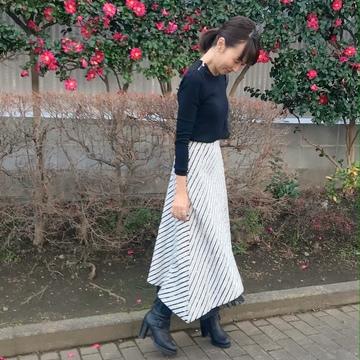 モノトーンコーデにメリハリをつけてくれる優秀スカート