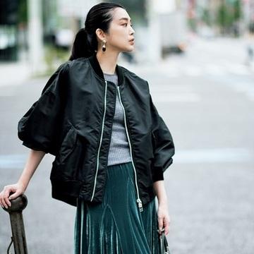 【季節の変わり目はショートアウターを】ロングスカートに合うのは小気味よいカジュアルアウター