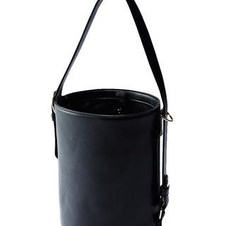 アラフォーが納得して着られるコスパブランド「KOE」のバケツ型バッグ