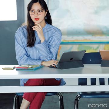 新川優愛はストライプシャツとメガネでハンサムコーデ【毎日コーデ】