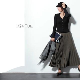 細見えVネックカーデは羽織らずにデコルテ見せで着るのが今年っぽい
