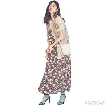 新川優愛はトレンドの透けシャツをはおって花柄ワンピをアプデ!【毎日コーデ】