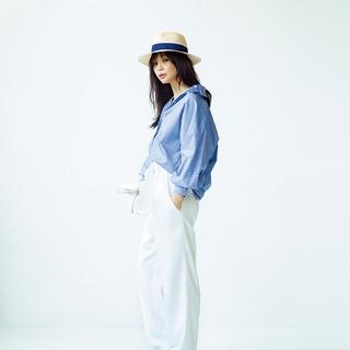 <白パンツ×ブルーシャツ>