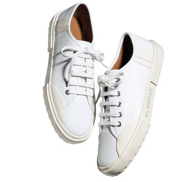 どんな装いも清潔感あるカジュアルに仕上げる「白スニーカー」【アラフィーの初夏の足もと】