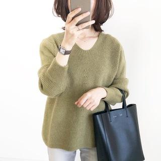 プチプラ!くすみグリーンのVネックニット【tomomiyuコーデ】