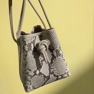 カラーパンツとも好相性❤︎ この春買うべきバッグはどれ?
