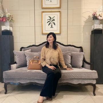 濃ベージュシャツで 華組の豊田真由美ちゃんとMiss Dior Exhibitionへ。