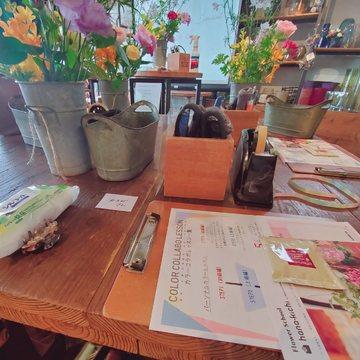 机のうえのテキストとお花たち