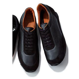 Q.人気上昇中の黒スニーカー。 ソールは白? それとも黒?
