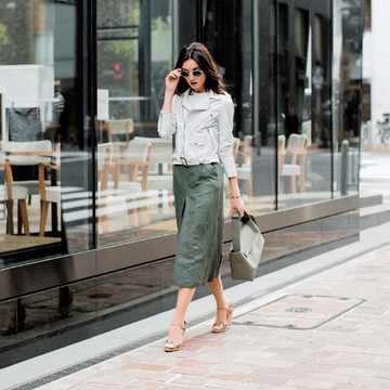 5. アウターに悩む長め丈のスカートともベストフィット! 袖をたくし上げて軽やかに