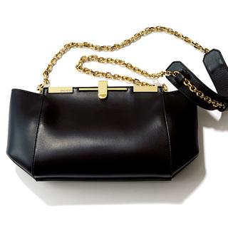 チェーンバッグのシャープさでボリュームコートに女っぽさを