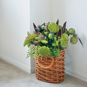 アワやイガグリ、トウガラシなど秋の実りをイメージした「かごの花器」を使った花あしらい