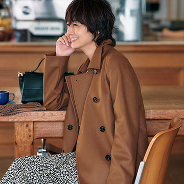富岡佳子が着こなす、大人の秋冬スタイル