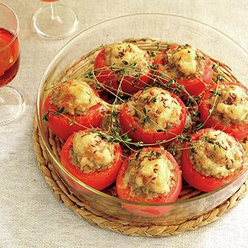 クミンシードのエスニックな香りがロゼともぴったり!トマトファルシ<夏の午後のおもてなしレシピ>