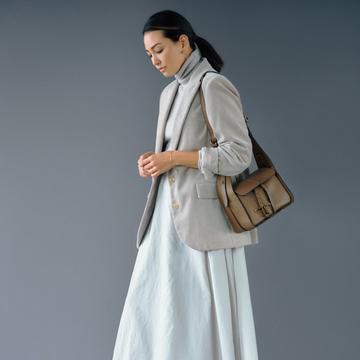 【ライトなグレーコーデ】シンプルコーデを特別にしてくれる上質なロングスカート2選