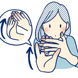 3)右手をまっすぐ前に出し手のひらを手の甲側に曲げ 左手で4 本の指を反らしてストレッチ。左手も同様に