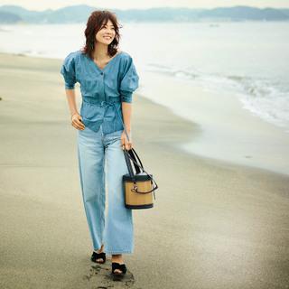 奇跡の45歳・モデル五明祐子が提案「デニムはフェミニンに着る!」