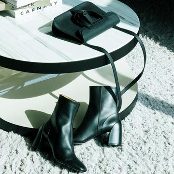 ミニショルダーバッグ×ショートブーツで装いにさらなる洗練を【黒の靴&バッグ】