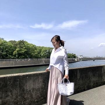 きれい色スカートと白シャツコーデ