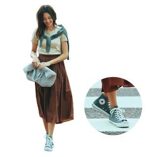 ふんわりミディ丈スカートは、足もとをハズせばもっと素敵に!