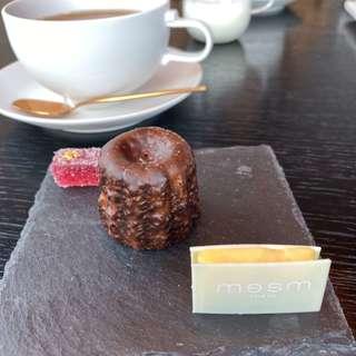 (終幕) ブリューティー・小菓子 mesmチョコレートと カヌレ・ベリーのフルーツゼリー