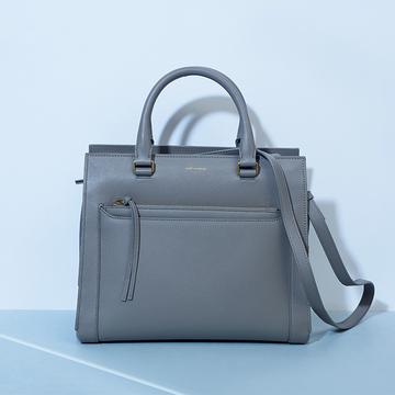 「サンローラン」の2WAYバッグはおしゃれポーチが魅力的