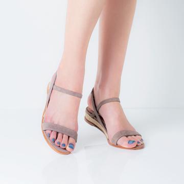 夏の素足を美しく♪ 大人カラーのペディキュア 五選