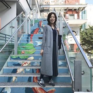 香港は21℃。旅コーデは「トレンチ」「インナーダウン」「薄ニット」があれば寒暖差も自由自在!