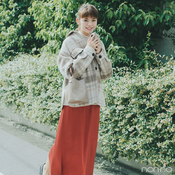 ブリックレッドのスカートを主役にハッピー感高まる秋コーデ【毎日コーデ】