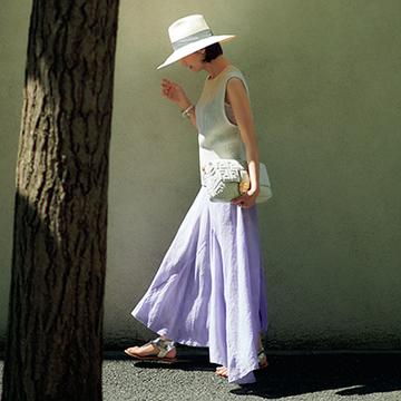 華のある小物でコーデを格上げ!リッチ感ただようスカートスタイル【富岡佳子、夏の私服スタイル】