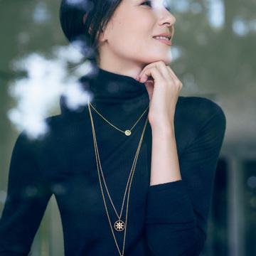 2. Dior 3本のモチーフペンダントを長さ違いでタイトニットの胸もとに