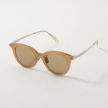 エクラ世代にふさわしい才色兼備のサングラスで、こなれた夏スタイルに