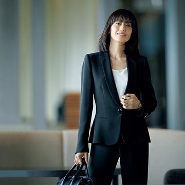 秋のお仕事シーンは「アルマーニ」の黒ジャケットで品格を高める【成功を約束する黒ジャケット】
