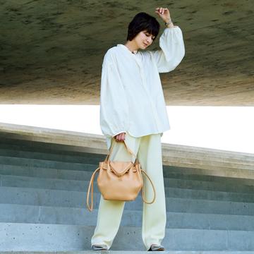 リラクシーな「ニットパンツ」はトップスや靴でほどよい女らしさを【富岡佳子のトレンドパンツコーデ】