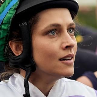 「女なんか」の視線を跳ね返し突き進む、女性騎手の実話『ライド・ライク・ア・ガール』|Forbes JAPAN