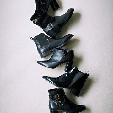 ワンアクセントがシックに足もとを飾るショートブーツ