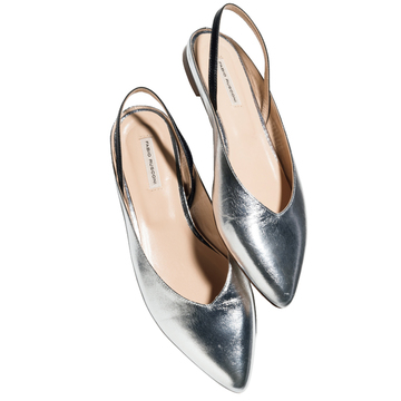 無難な着こなしがしゃれて見え、どの色にも合う「銀の靴」【アラフィーの初夏の足もと】