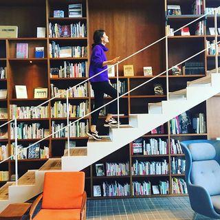 本に囲まれて泊まる、話題のホテル「箱根本箱」での撮影【エクラ6月号】