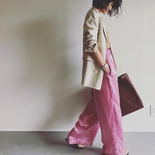 「カーキ合わせ」と「辛口」がキーワード。 大人がピンクをかっこよく着こなすコツ【エディター坪田あさみのおしゃれと暮らしと時々名品 #35】