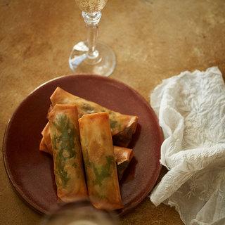 ほろ苦い春菊とミルキーなかきを巻いて、パリッと揚げた大人の春巻き【平野由希子のおつまみレシピ #77】