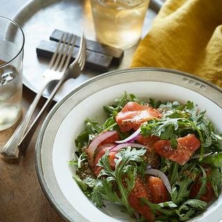 たった2ステップで簡単サラダがプロの味に!スモークサーモンと春菊のサラダ【平野由希子のおつまみレシピ #32】