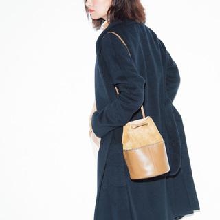 【検証】今季、スタイリストたちはなぜ茶色のバッグばかり合わせるのか?