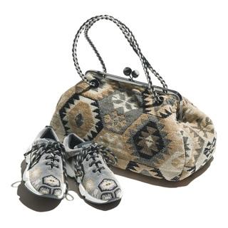 アイキャッチーなバッグやサンダル、スカーフで、秋の女っぷりをあげる