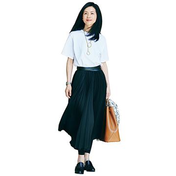 黒・白・紺でつくる、涼感漂うモノトーンTシャツスタイル【おしゃれな人は今、Tシャツに何合わせてる?】
