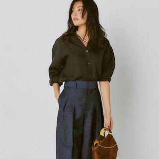 夏の「ブラウンリネンシャツ」をほっこりしないで女らしく2パターン着回し!