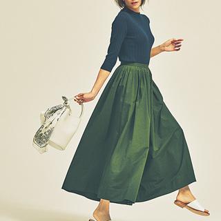 ヒールがなくても女らしい。ボリューム服に合わせるのは「つっかけタイプ」サンダル