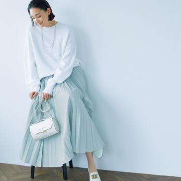プリーツスカート+ローファーは薄色チョイスが旬【甘くないスカートとハンサムシューズ】