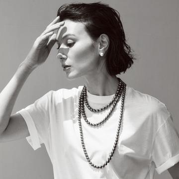 ミキモトの黒蝶真珠ネックレスでTシャツコーデに迫力を【存在感のあるネックレス】